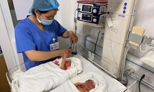 Bệnh viện Phụ sản Hà Nội vừa thực hiện đỡ đẻ thành công cho hai em bé được chữa bệnh khi còn trong bụng mẹ chào đời khỏe mạnh
