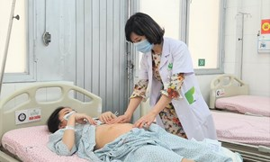 Phẫu thuật nội soi u nang buồng trứng cho sản phụ có thai 20 tuần tuổi.