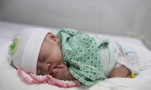 Cân nặng 600g sinh non ở tuần 26, em bé cán mốc 1700g sau 72 ngày điều trị