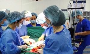 Hà Nội khen thưởng các bác sĩ cứu sống sản phụ bị vỡ tử cung và thai nhi 25 tuần tuổi