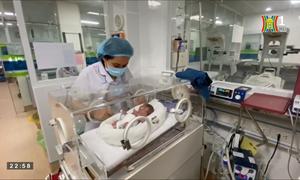 Em bé đầu tiên được can thiệp chữa bệnh từ trong bào thai chào đời thành công tại Bệnh viện Phụ sản Hà Nội