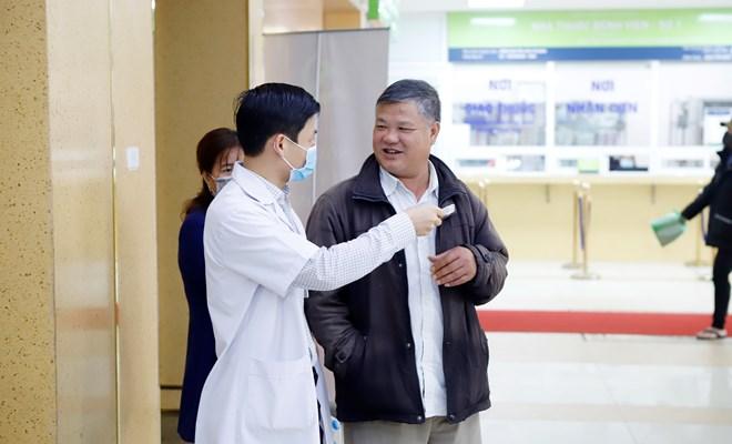 Đoàn Thanh niên Bệnh viện Phụ Sản Hà Nội: phát khẩu trang miễn phí cho những người đến bệnh viện không mang khẩu trang