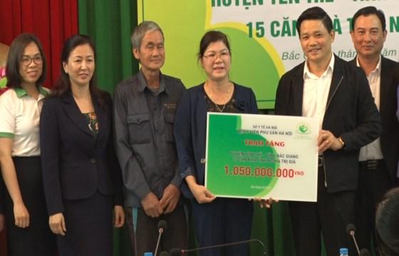 Bệnh viện Phụ Sản Hà Nội trao tiền hỗ trợ làm nhà ở cho các hộ nghèo
