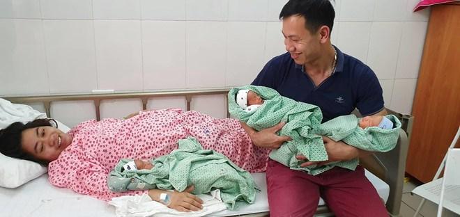 Sau 8 năm hiếm muộn, cặp vợ chồng vỡ òa đón cùng lúc 3 con