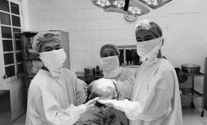 """Hai giờ đồng hồ bác sĩ """"đánh vật"""" với khối u xơ tử cung to bằng thai 9 tháng"""
