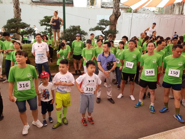 Nhiều em nhỏ cũng đến tham gia lễ khai mạc