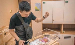 Mẹ Hà Nội kể chuyện đi đẻ mùa dịch: Đau đầu vì chọn người đi cùng, các ông chồng lóng ngóng bàn nhau cách chăm con