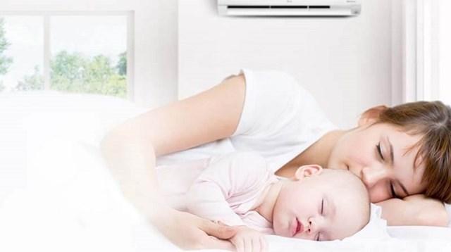 Những lưu ý cha mẹ cần biết khi cho trẻ sơ sinh tắm rửa và nằm điều hòa trong ngày nắng nóng