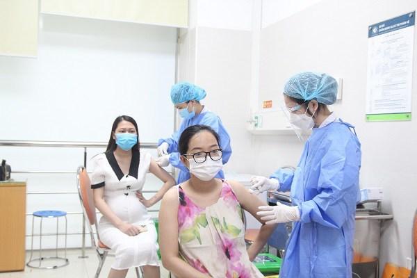 Hơn 200 bà bầu hồi hộp đi tiêm vắc xin COVID-19, đến viện mới biết được